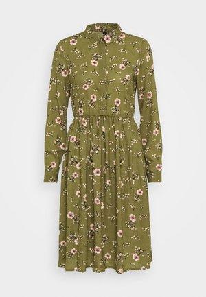 VMGALLIE DRESS - Košilové šaty - beech/gallie