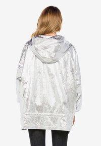 Cipo & Baxx - MIT PRAKTISCHER KAPUZE - Waterproof jacket - silver - 1