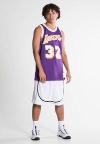 Mitchell & Ness - NBA SWINGMAN LA LAKERS MAGIC JOHNSON - T-shirt de sport - purple - 1