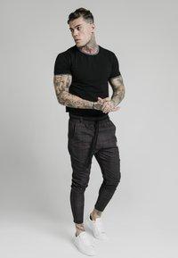 SIKSILK - RINGER GYM TEE - T-shirts basic - black - 1