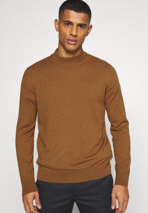 TURTLENECK JUMPER - Stickad tröja - brown medium
