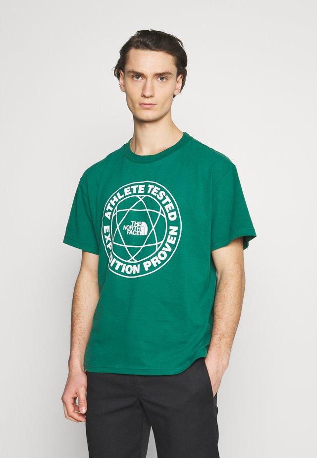 FIFTH TEE - Camiseta estampada - evergreen