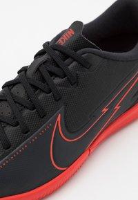 Nike Performance - MERCURIAL JR VAPOR 13 ACADEMY IC UNISEX - Halové fotbalové kopačky - black/dark smoke grey - 5