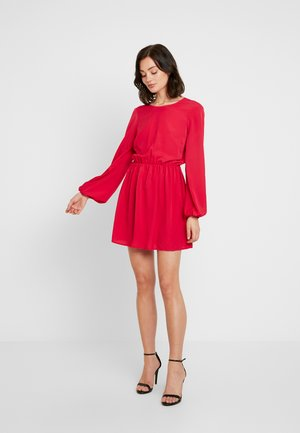 VOLUME BACK FOCUS DRESS - Denní šaty - red