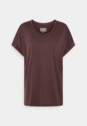 KAJSA - T-shirts - bitter chocolate