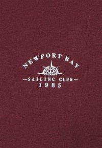 Newport Bay Sailing Club - SPLIT - Print T-shirt - burgundy/white - 6