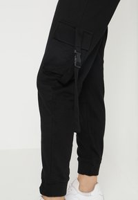 Missguided - SEAT BELT CARGO TROUSER - Reisitaskuhousut - black - 5