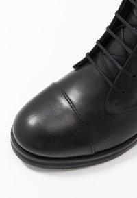 Royal RepubliQ - DISTRICT LACE UP BOOT - Šněrovací kotníkové boty - black - 2