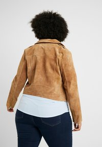 CAPSULE by Simply Be - BIKER JACKET - Faux leather jacket - camel