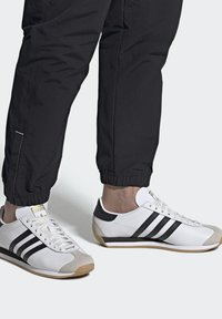 adidas Originals - COUNTRY OG SHOES - Trainers - white - 0