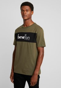 Benetton - T-shirt z nadrukiem - olive - 0