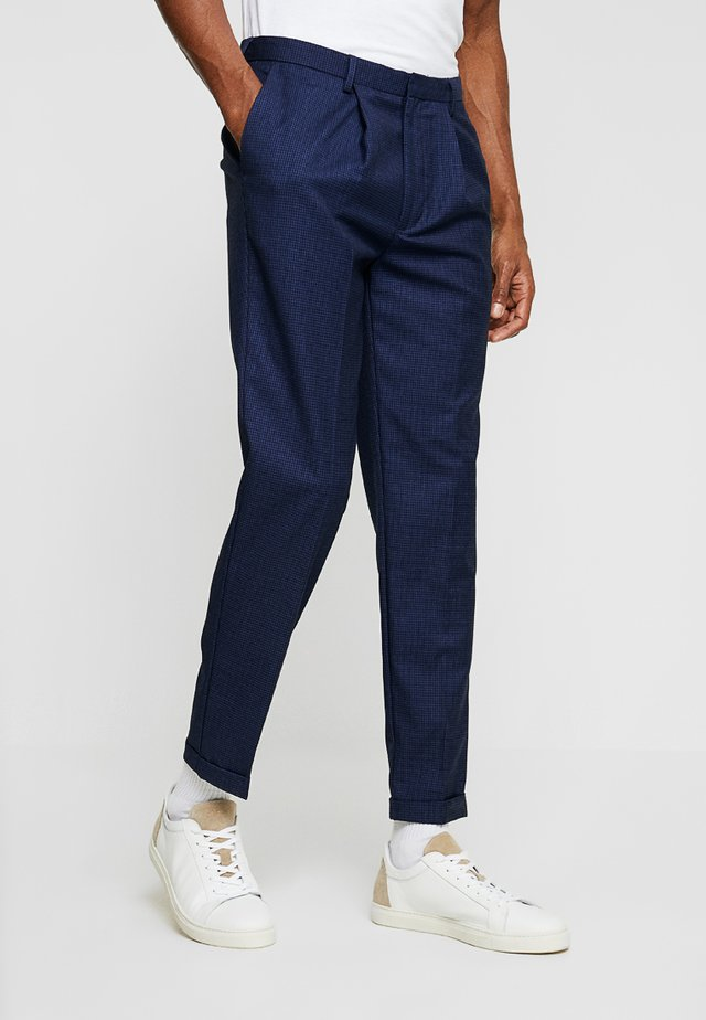 DALTON TAPERED SMART DOGTOOTH TROUSER - Kalhoty - mid grey