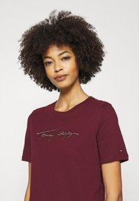 Tommy Hilfiger - REGULAR OPEN SCRIPT TEE - Print T-shirt - deep rouge - 4