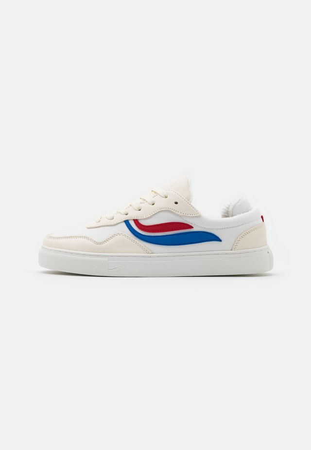 SOLEY UNISEX - Matalavartiset tennarit - white/red/blue