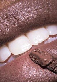 LH cosmetics - VELVET COUTURE - Liquid lipstick - deep nougat - 2