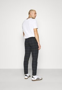 Redefined Rebel - ERCAN CROPPED PANTS - Chino - dark olive - 2