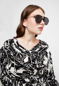 McQ Alexander McQueen - Sunglasses - black/black/grey - 3