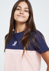 Illusive London Juniors - Print T-shirt - navy & pink - 4