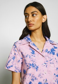 Neuw - ACID HOUSE - Button-down blouse - flamingo blue - 5