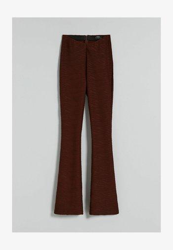 MIT JACQUARDMUSTER  - Trousers - brown