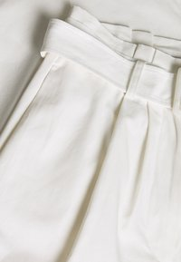 Lost Ink - BUCKLE BELTED PEG TROUSER - Pantalones - white - 2