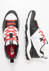 The North Face - MEN'S ACTIVIST LITE - Zapatillas de senderismo - white/black - 1