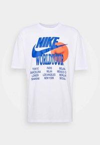 Nike Sportswear - TEE WORLD TOUR - T-shirt imprimé - white - 3