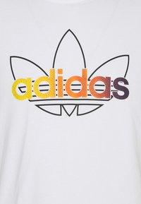 adidas Originals - GRAPHIC UNISEX - Print T-shirt - white/multicolor - 6