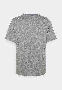 Nike Performance - RISE - T-shirts print - smoke grey/heather/reflective silver - 4
