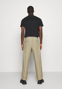 Levi's® - STAY LOOSE CLIMBER  - Trousers - sand - 2