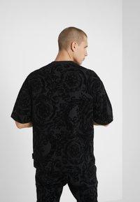 Versace Jeans Couture - BAROQUE  - T-shirt imprimé - black - 2