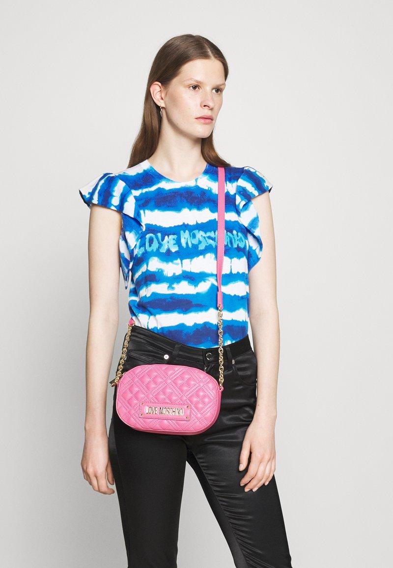Love Moschino - CHAIN CROSS BODY ROUND - Across body bag - rosa