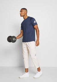 adidas Performance - FREELIFT AEROREADY TRAINING SHORT SLEEVE TEE - Basic T-shirt - mottled dark blue - 1