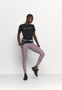 Nike Performance - MILER  - Camiseta estampada - black/reflective silver - 1