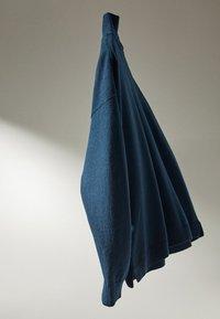 Massimo Dutti - MIT WEITEM AUSSCHNITT - Jumper - blue - 5