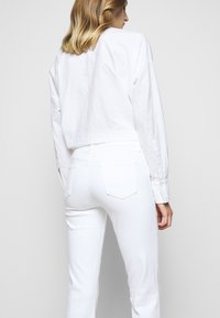 J Brand - SALLIE MID RISE BOOT - Bootcut jeans - blanc - 3