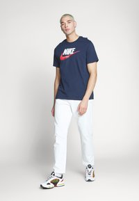 Nike Sportswear - T-shirt con stampa - obsidian/white/university red
