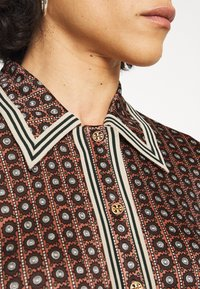 Tory Burch - SILKY SHIRTDRESS - Jersey dress - sun geo - 5