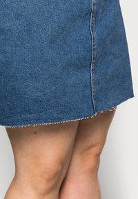 Vero Moda Curve - VMMIKKY RAW SKIRT MIX - Mini skirt - medium blue denim - 4