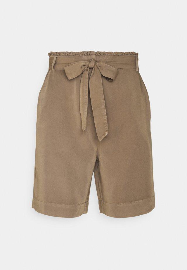 NUCASILDA - Shorts - tannin