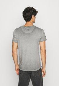 Key Largo - INDICATE ROUND - T-shirt con stampa - anthracite - 2