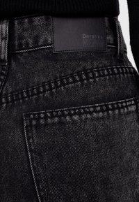 Bershka - MIT AUSGEFRANSTEM SAUM  - Straight leg jeans - grey - 5