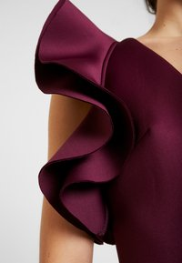 True Violet - LABEL CUT OUT SHOULDER GOWN - Occasion wear - berry - 6