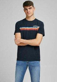 Jack & Jones - JORTYLER TEE CREW NECK  - Print T-shirt - navy blazer - 0