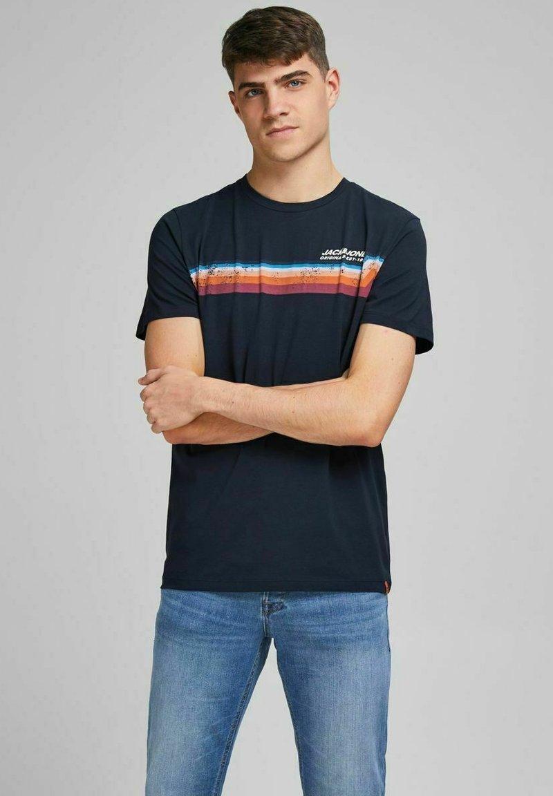 Jack & Jones - JORTYLER TEE CREW NECK  - Print T-shirt - navy blazer