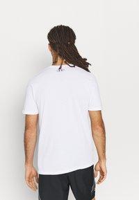 Under Armour - MULTI COLOR COLLEGIATE - Camiseta estampada - white - 2