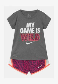 Nike Sportswear - TEMPO SET - Shorts - fireberry - 0
