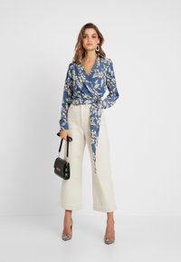 Missguided - PURPOSEFUL FLORAL WRAP OVER TIE FRONT - Blouse - blue - 1