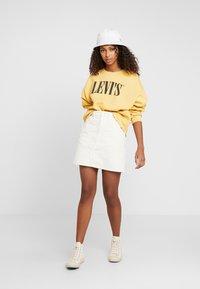 Levi's® - GRAPHIC DIANA CREW - Bluza - ochre - 1