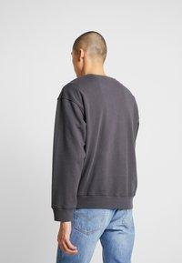 Levi's® - RELAXED GRAPHIC CREWNECK - Sweatshirt - serif holiday forged iron - 2